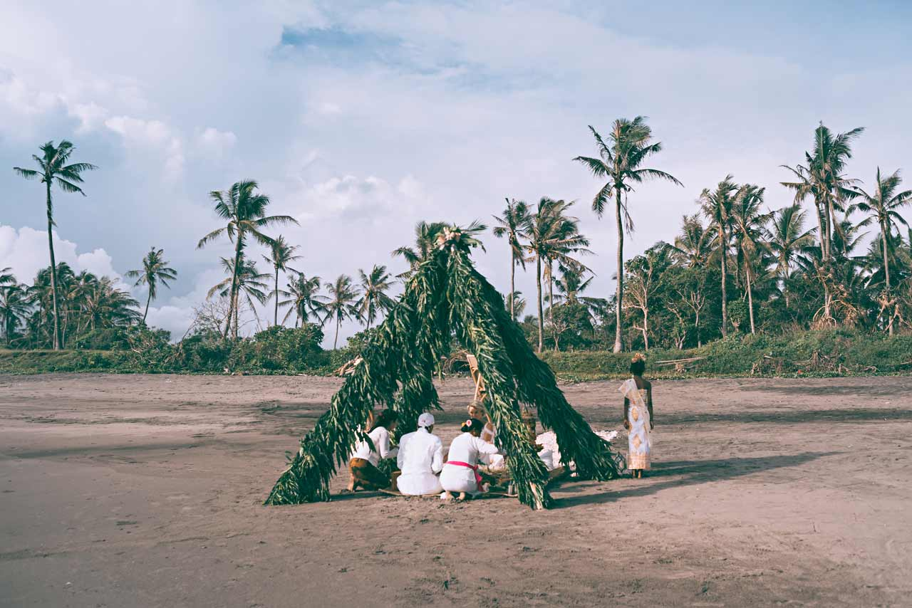 Balinese-Hindu-wedding-on-a-beach