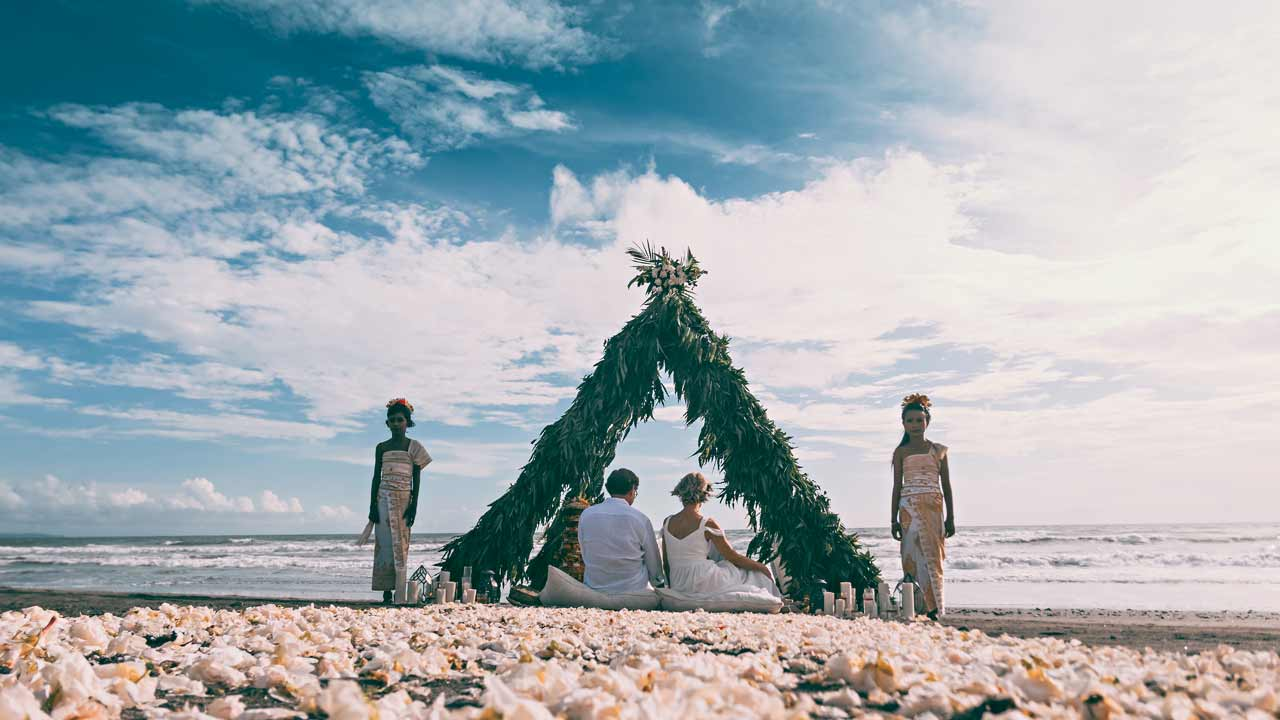 Traditional-Balinese-wedding-ceremony-on-beach